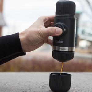 0b02cb84 9cd0 4e1f b0c6 43996d9bacff. CR00300300 PT0 SX300   - Wacaco Nanopresso Tragbare Espressomaschine mit NS-Adapter, Aktualisierte Version der Minipresso, Kleine Reise-Kaffeemaschine, 18 bar Druck, Manuell betrieben, Perfekt für Campen, Reise und Abenteuer